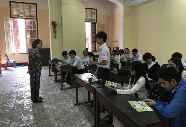 TS. Trần Thị Bích Ngọc trực tiếp tư vấn cho học sinh chuyên Pháp Quốc Học